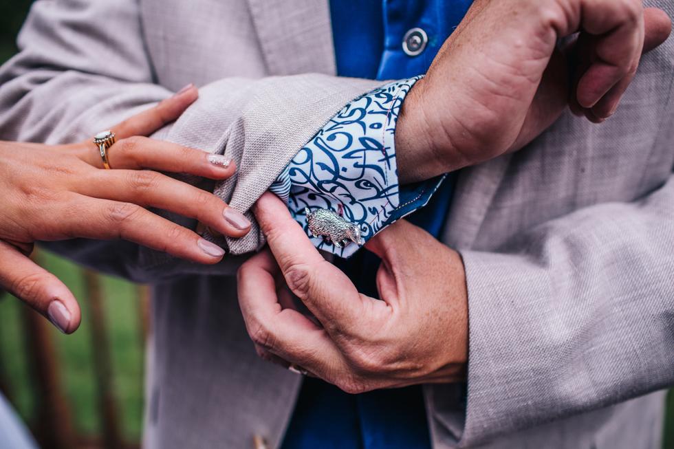 brides dad wearing badger cufflinks
